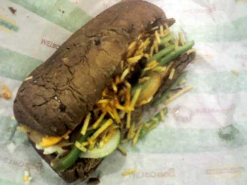 Metro Dip - Pão Australiano, Carne de Churrasco, Batata Palha, Alface, Queijo Cheddar, Azeitonas Pretas e Molho Cesar