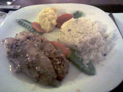 Contemporane Restaurante - Truta com Amêndoas: Filé de truta grelhado no azeite com molho de amêndoas, arroz branco com raspas de limão, purê de batata, cenoura e ervilha torta.