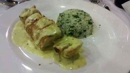 Restaurante Ipê - Prato Principal: Frango Recheado com Mouseline de Shitake e requeijão cremoso acompanhado de Arroz com Brócolis