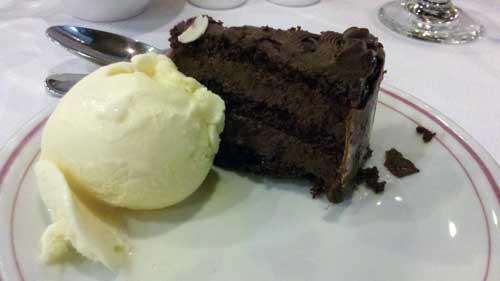 Restaurante Ipê - Sobremesa: Torta de Chocolate Amargo com Sorvete de Creme
