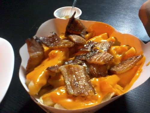 Komiketo Sanduicheria - Batatas Fritas com Bacon e Queijo Cheddar