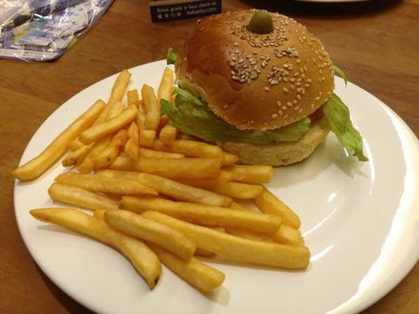 Retrô Foods & Drinks - Sanduíche Tradicional com Batatas Fritas