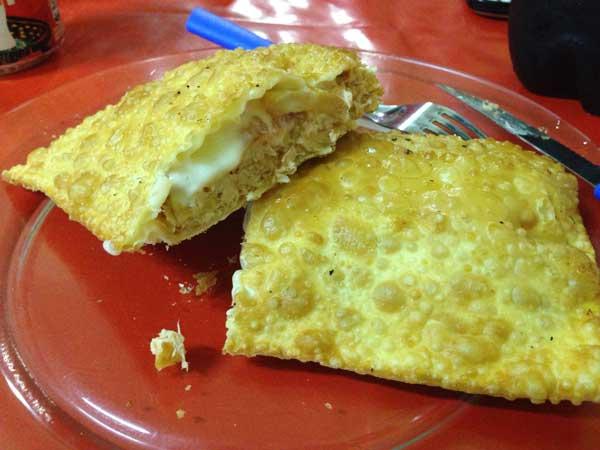 Megha Pastéis - Pastel de Frango, Catupiry e Tomate - Cortado