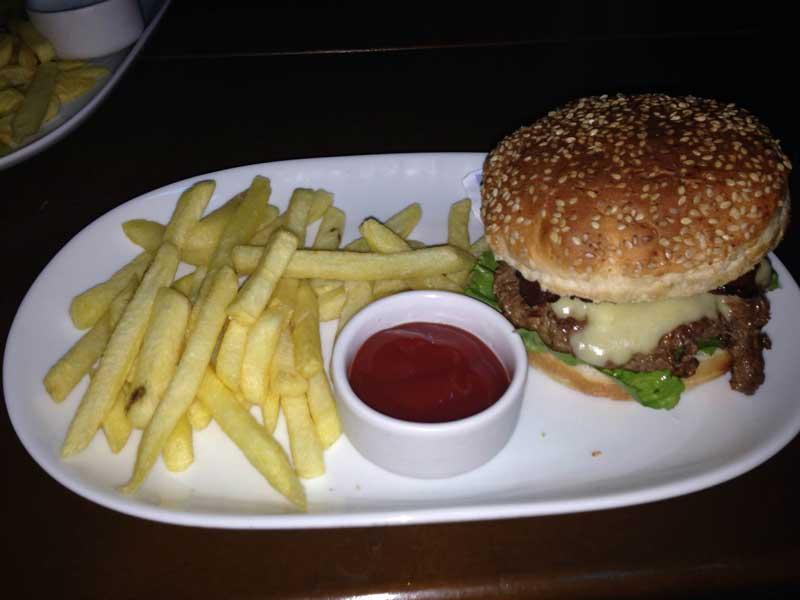 Natividade Bar: Sanduíche de Fraldinha com ketchup e Batatas Fritas